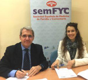 Salvador Tranche, Presidente de la semFYC, y Alba Ancochea, Directora de FEDER, durante la firma del convenio.