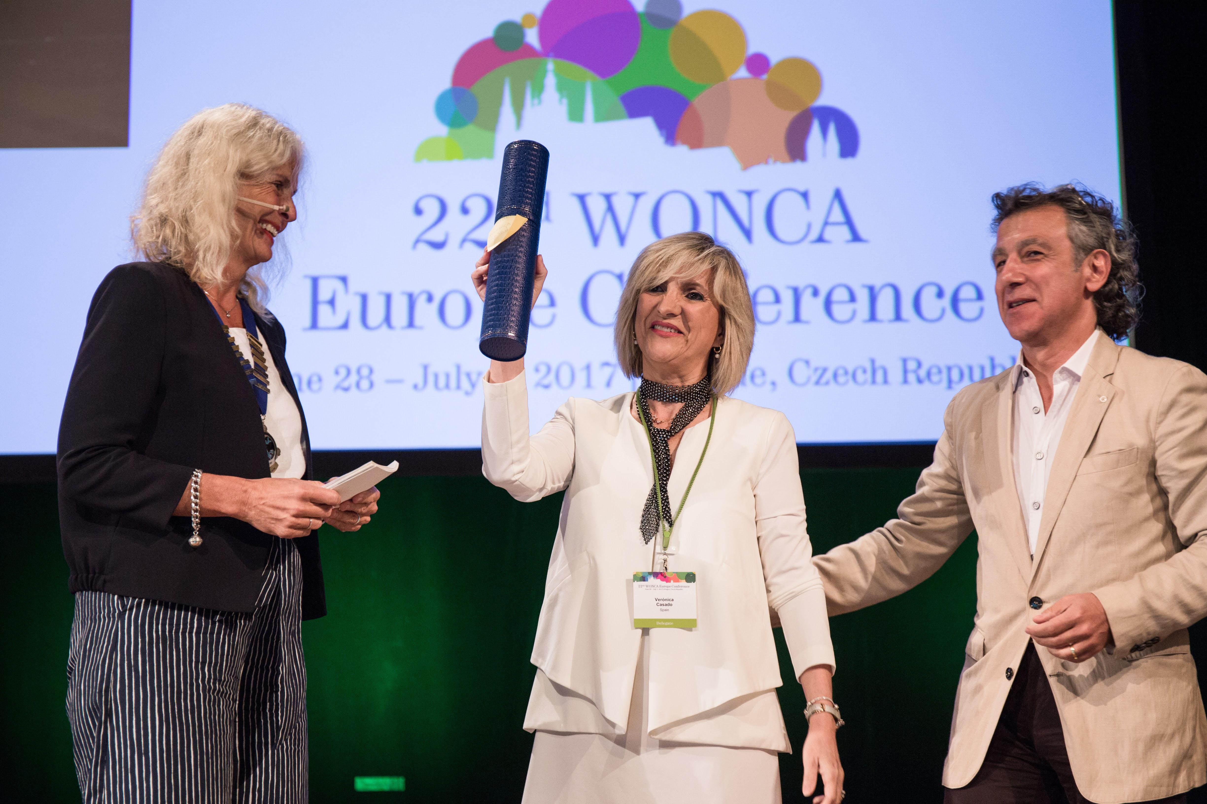 Anna Stavdal MD Presidenta de WONCA Europa entrega el Premio Doctora 5 Estrellas Verónica Casado